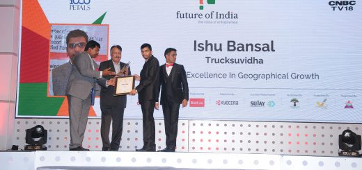 Ishu Bansal receiving award on behalf of Team TruckSuvidha